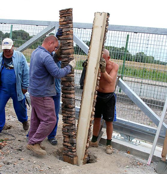 Из чего делать столбы на забор